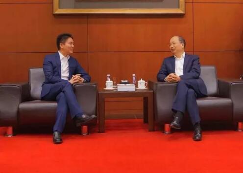 中国工商银行董事长易会满和京东集团董事局主席兼首席执行官刘强东见证了双方合作协议的签署。
