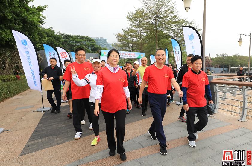 运动迎新年 深圳千余市民健步大沙河生态长廊