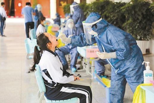 高三师生全面核酸检测 为返校复课做足准备