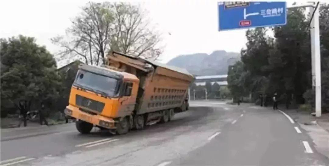 ▼ 不要长时间在大货车的两侧行驶 不要和大货车抢行 ps:路遇大货车