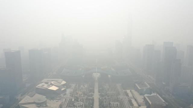 """十面""""霾""""伏 深圳第一高楼凭空""""消失"""""""