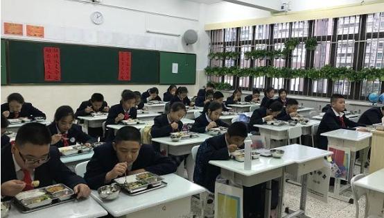 开学第一餐吃得怎么样? 记者走进福田外国语学校食堂后厨