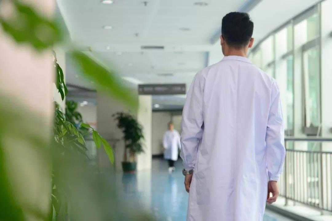 比悲伤更悲伤的故事:医院情侣,最后都谈成了异地恋……