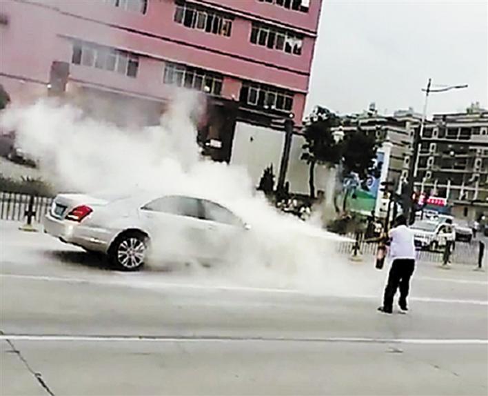 自燃司机突奔驰,公交视频忙伴奏事发观澜牛轭轿车灭火缘分图片