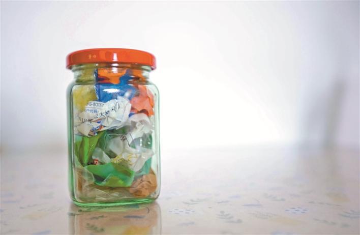 """厉害了!她用一个""""老干妈""""罐子,装下了家里一周的垃圾…图片"""