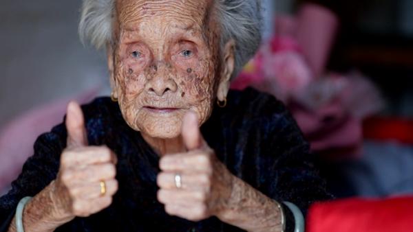 视频:凤凰山脚下的百岁老人陈汝金,最爱吃的食物有这些…