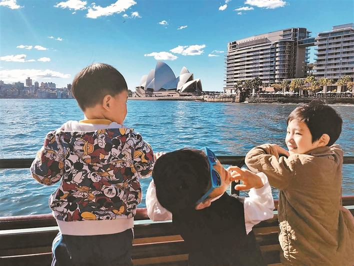 """澳门葡京官方平台网址,两岁娃就被送出国""""微留学""""… 海外求学是否越"""
