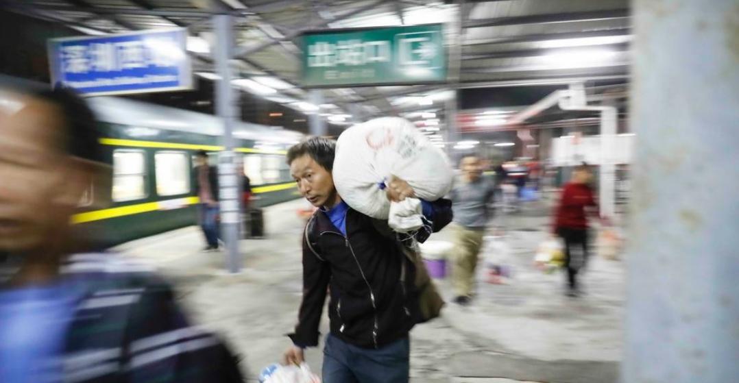 在现场|春运首日的深圳北站 人山人海也挡不住回家的热情
