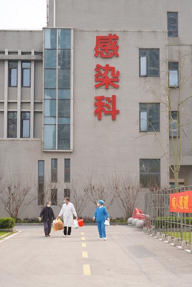 2月24日下午,王晓丹(化名)在医护人员的陪同下走出监利县人民医院感染图片