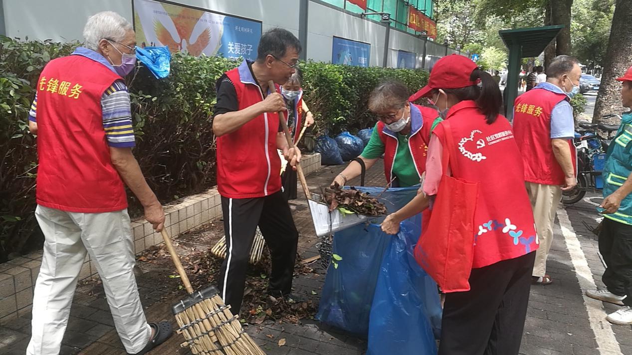 老少齐上阵 创文显身手 莲花街道康欣社区文明志愿者在行动