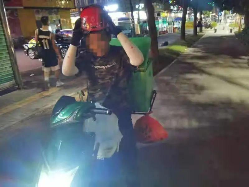 戴头盔避盲区!家长骑电动车被撞瞬间,结果…