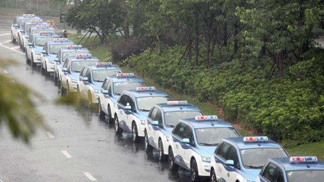 """台风天排队6小时等来充电站关闭 深圳纯电动的士司机叹""""补血难"""""""