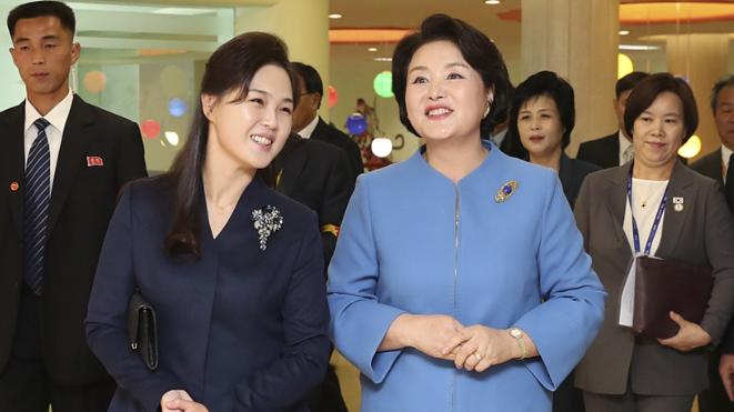 """韩朝""""第一夫人""""参观医院和大学"""