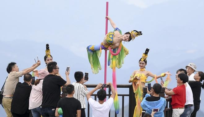 """长三角第一高峰上演高空钢管舞 舞者演绎""""嫦娥奔月"""""""