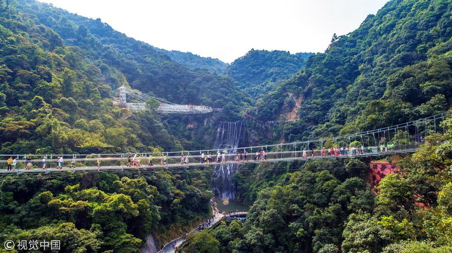 """广东清远:台风""""山竹""""过后 最长玻璃桥安然无恙"""