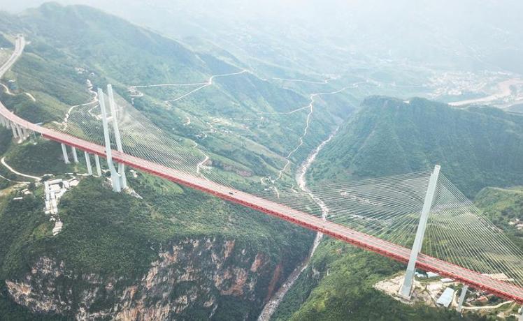 从万桥飞架看中国奋斗——在贵州高高的山岗上