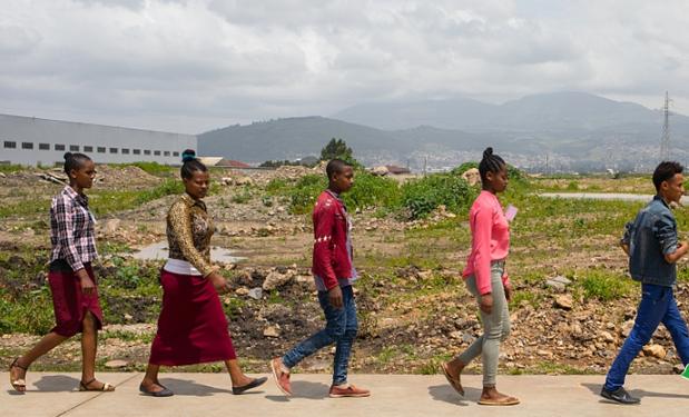 图片故事:中国工厂在非洲 应聘者络绎不绝