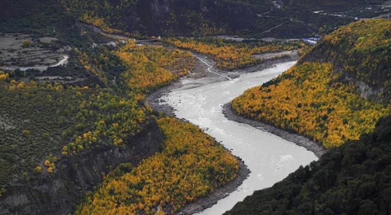 记者空中直击雅鲁藏布江堰塞湖自然过流