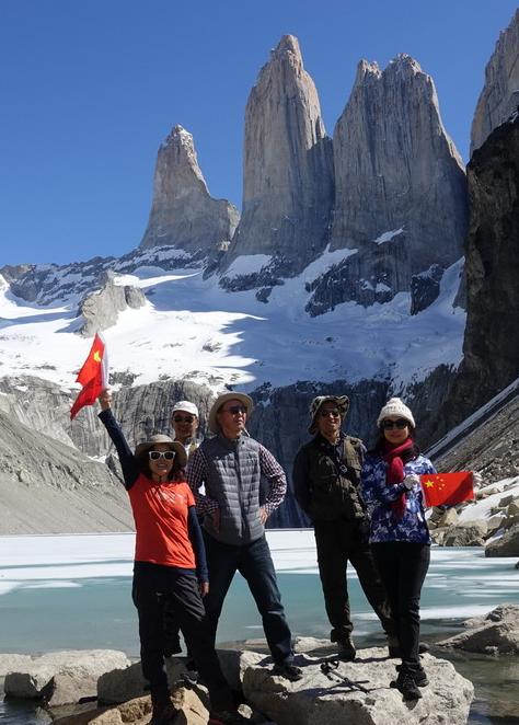 徒步爱好者历经10小时征服智力三塔峰  拍下沿途美景