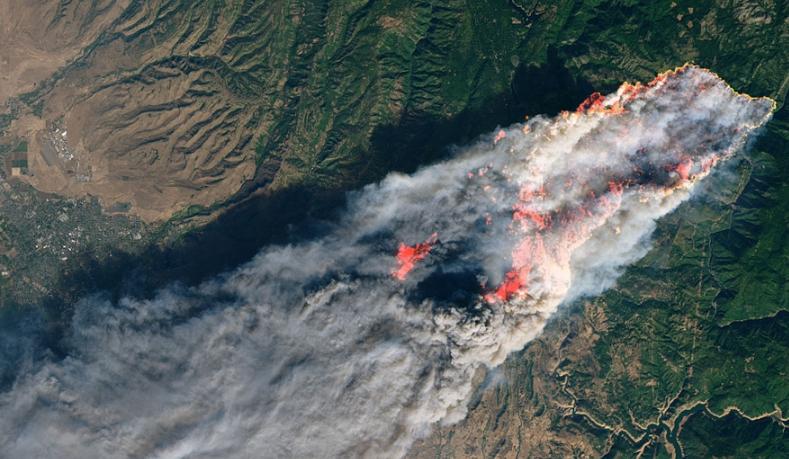 NASA公布加州山火卫星照片 火势向海边蔓延
