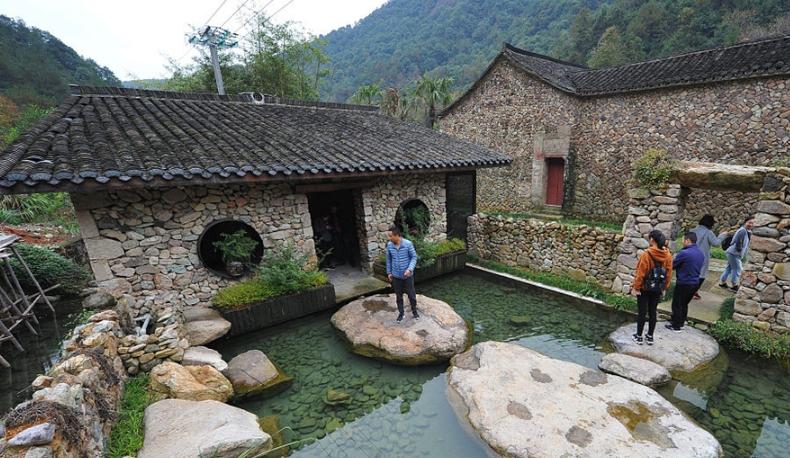 农村四合院公厕成网红 景致精美吸引游客