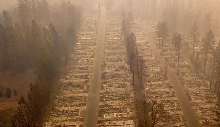 """天堂变""""地狱"""" 航拍加州山火肆虐社区似墓地"""