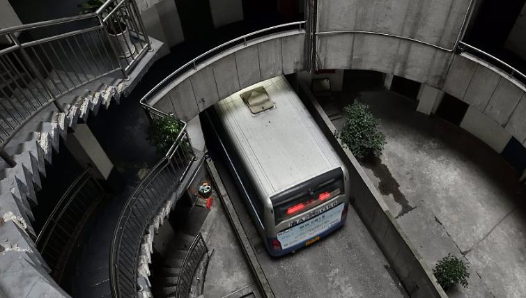 探秘重庆魔幻八层圆筒型转转楼 公交车穿其而过