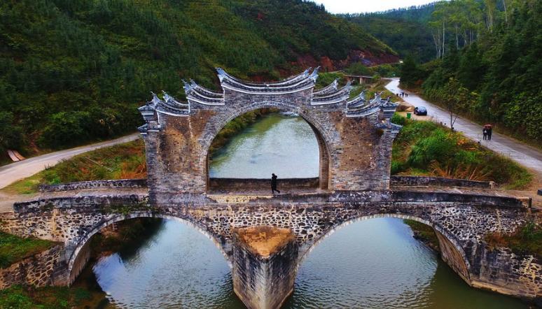 航拍江西赣州明代太平桥 两孔三墩造型奇特