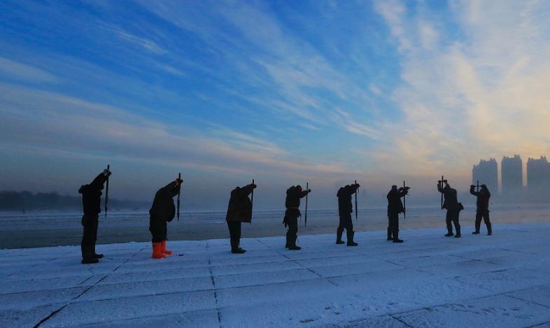 哈尔滨采冰场上霞光照耀 劳动场景如诗似画