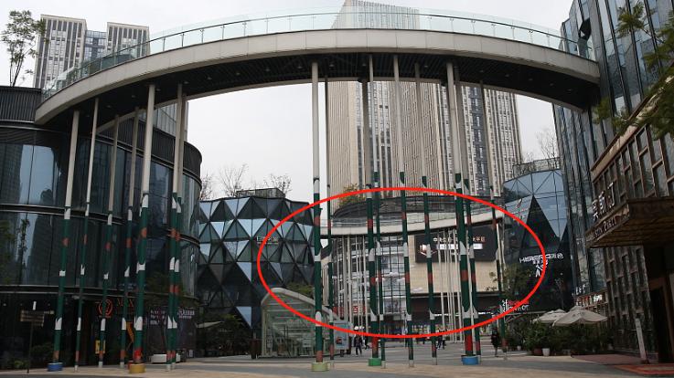 """重庆现最""""炫酷""""天桥 19根10米高柱子支撑"""