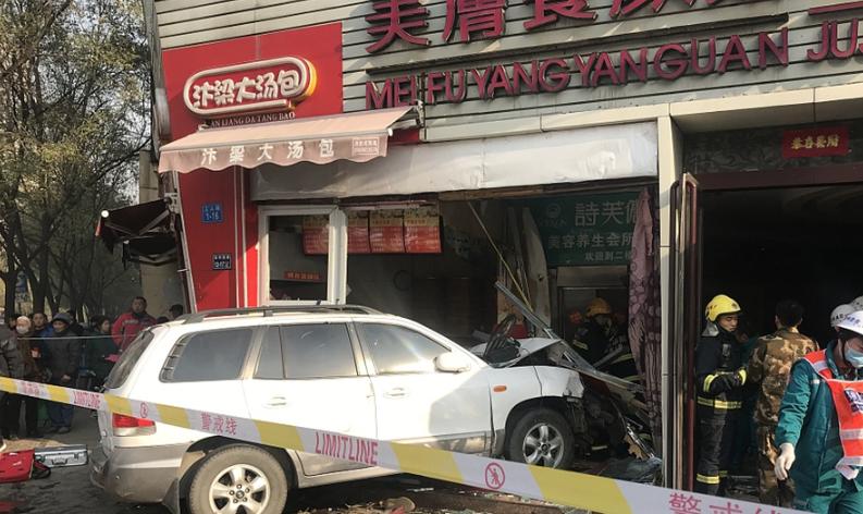 郑州一SUV失控冲进街边店铺 致1死8伤