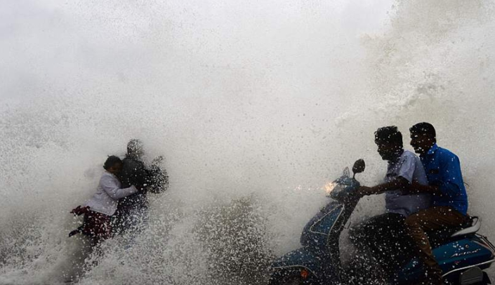 """飓风""""佩太""""逼近印度海岸 掀起狂风大浪"""