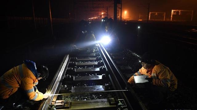 寒夜里的高铁守护者