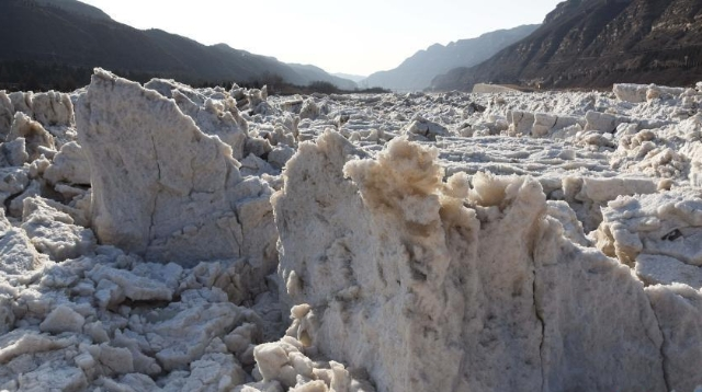 黄河壶口瀑布呈现冰封景观 长度凌驾70公里