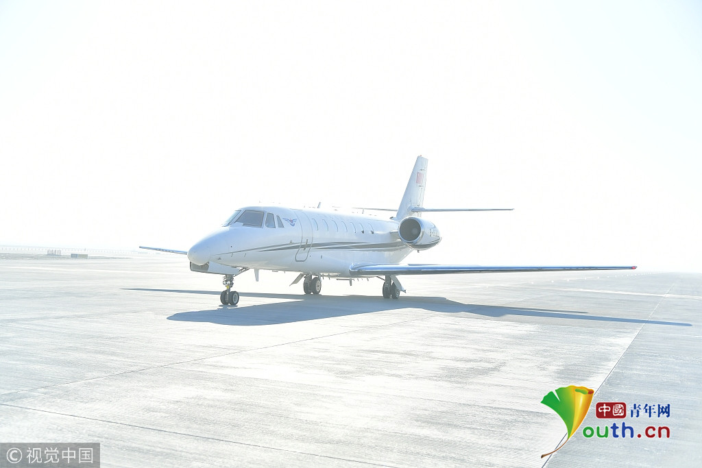 奖状680校验飞机平稳地降落在北京大兴国际机场西一跑道上.