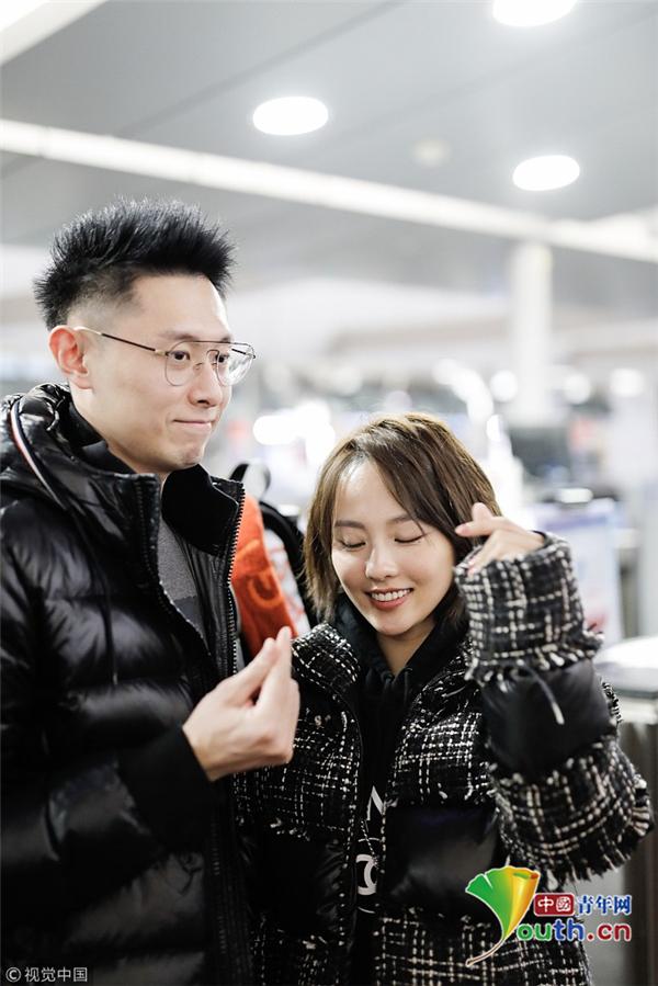 张嘉倪依偎买超小女生满分 表情搞怪流露真性情