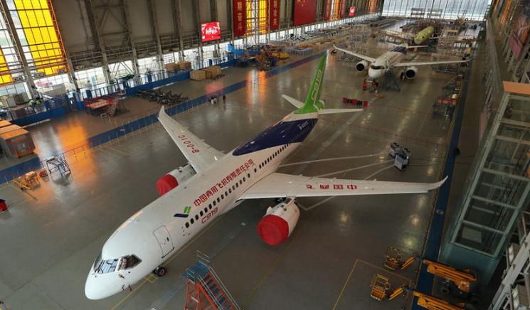 国产大飞机生产线上迎新春 C919三机首次同框相聚上海