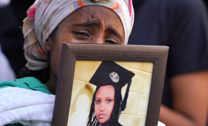 实拍埃航坠机遇难者集体葬礼,DNA辨认需半年,家属用焦土安葬