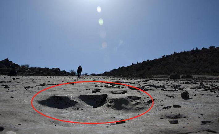 科学家发现1亿5千万年前恐龙脚印,两千五百多个,最大80厘米