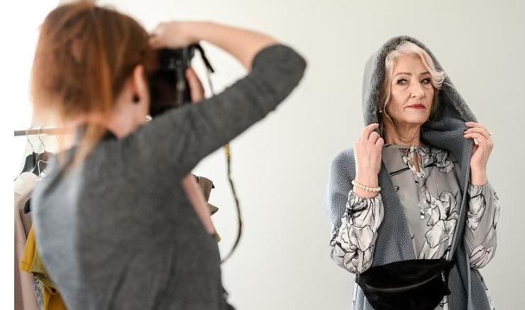 72岁奶奶变身时尚平面模特,意外成网红,带孙子出门都要打扮