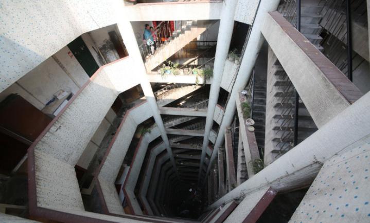 """重庆又现""""魔幻修建"""":十三层楼房没电梯"""