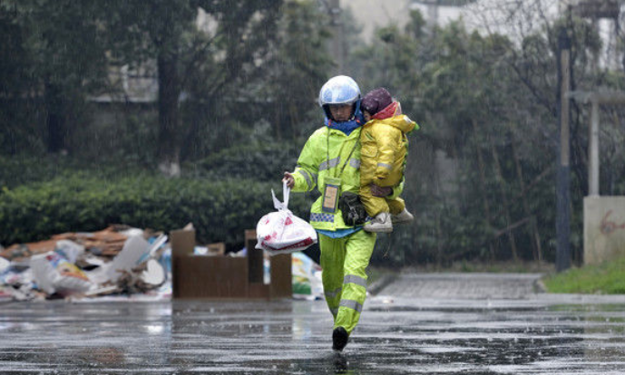 工伤致残被老婆扬弃 他在大雨中抱着三岁女儿送外卖让人泪目