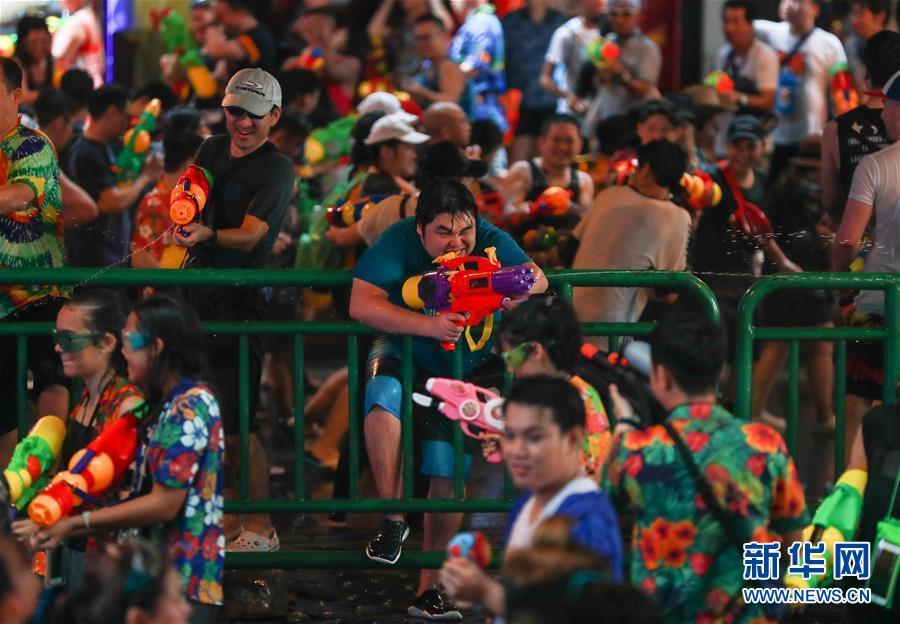 (国际)(2)泰国民众泼水庆祝宋干节