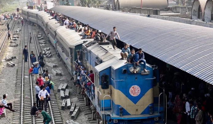 """孟加拉的""""疯狂火车"""" 民众为省钱蹲在两节车厢的挂钩处"""
