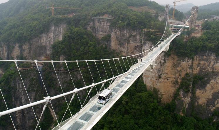 巴士挑战湖南张家界玻璃桥 首条无人驾驶公交线路将开通