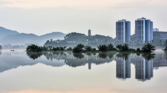 广西桂林:雨后湘江现平流雾美景