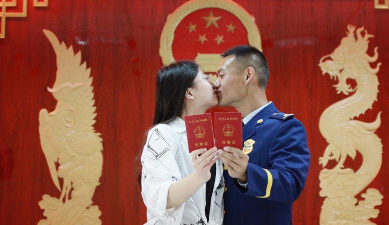 """520""""表白日"""" 各地情侣""""扎堆""""领证结婚"""