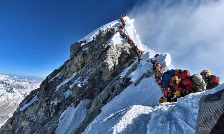 """珠峰8000米死亡地带现""""拥堵""""  24小时内至少3人死亡"""
