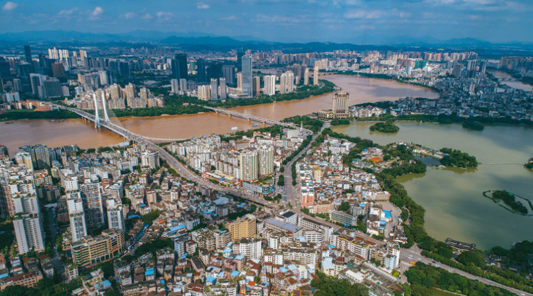 广东惠州暴雨过后 东江和西湖现黄绿两色景观