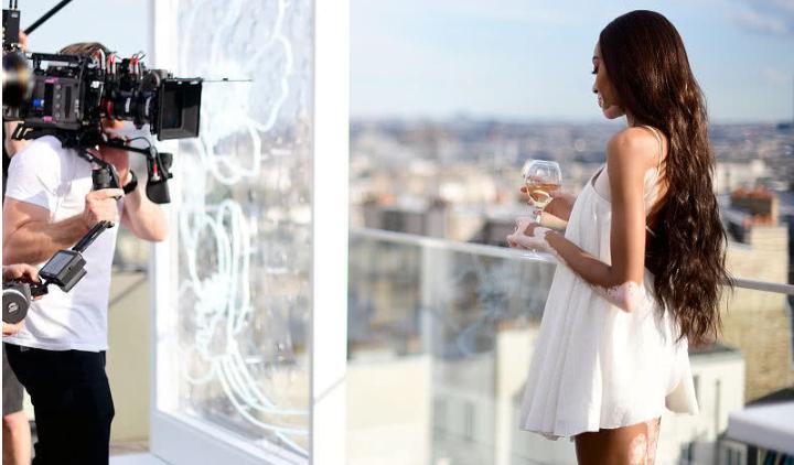 超模修养!白癜风模特穿白裙现身,精心打扮化身仙女